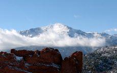 Красные скалы в горной долине