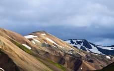 Разноцветные горы, облака, снег, вершины