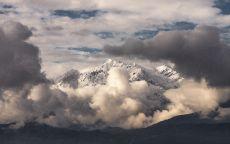 Снежная гора в облаках