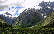 Белые облака над горами.