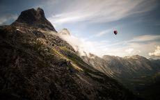 Воздушный шар на вершине горы.