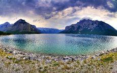 Озеро у подножия гор.