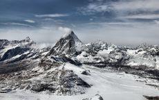 Снежные вершины гор.