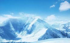 Снежные горы под голубом небом.