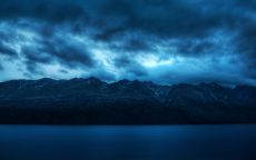 Темное небо над горами.