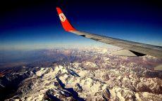 Горы под крылом самолета.