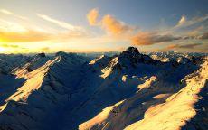 Горные вершины в лучах солнца.