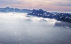 Горная долина в облаках.