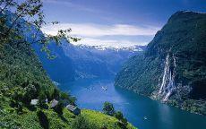 Синяя река в фьордах Норвегии.