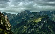Дождевые тучи над зелеными горами.
