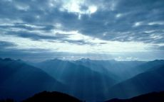 Лучи восходящего солнца в горах