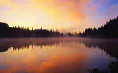 Закат в дымке над рекой