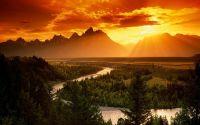 Закат, горы, извилистая река
