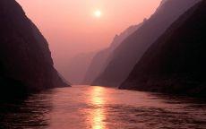 Заход солнца между скалами