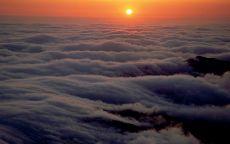 Заход солнца над облаками
