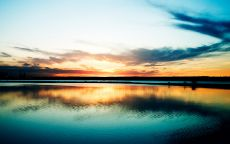 Красивый закат в море