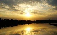 Отражение вечернего солнца в реке