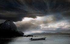 Лодка в море вечером