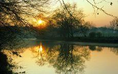 Осенний вечер и река