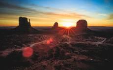 Красный закат, дорога, одинокие скалы
