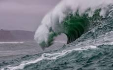 Большая волна у берега