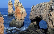 Причудливые скалы на берегу океана