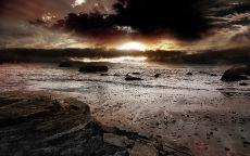 Темный закат на море