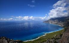 Синее море, синнее небо, белые облака, скалистый берег