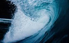Море, ночь, большая волна, брызги, пена