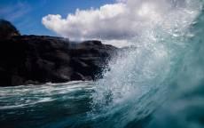 Море, Волна, брызги, соленая вода, каменистый берег