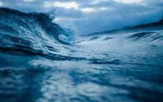 Синее море, волны, облака, пляж