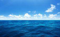 Голубое небо с облаками над океаном.