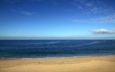 Песчаный берег океана.