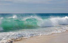 Высокие прибрежные волны.