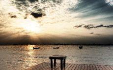 Пристань со столиком на берегу моря.