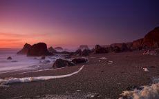 Розовый закат на пляже.