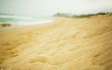 Золотой песок на пляже.