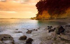 Новая Зеландия Окленд. Закат на пляже.