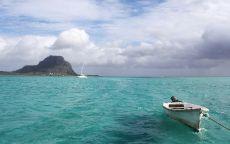 Белая лодка в лазурном море.