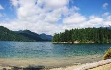 Синяя река, еловый лес, горы, облака, дикая природа