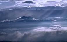 Лучи солнца в облаках над горами