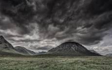 Природа, черные облака, черные холмы, зеленое поле