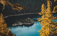 Остров, синее озеро, лес, дикая природа