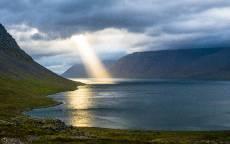Природа, озеро, луч солнца, облака, скалы, берег, камни
