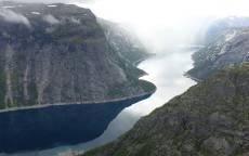 Суровая природа, русло реки, горы, обрыв, склон, отражение, туман