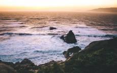 Пена волн, закат, море, скалы