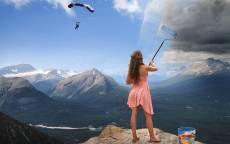 Креатив, девушка, красит небо, парашутист, ведро краски, горы
