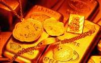 Золотые украшения на слитке золота