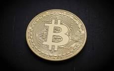 Монета биткоин на черном фоне