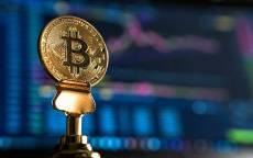 Сувенир Монета биткоин на фоне биржевого графика
